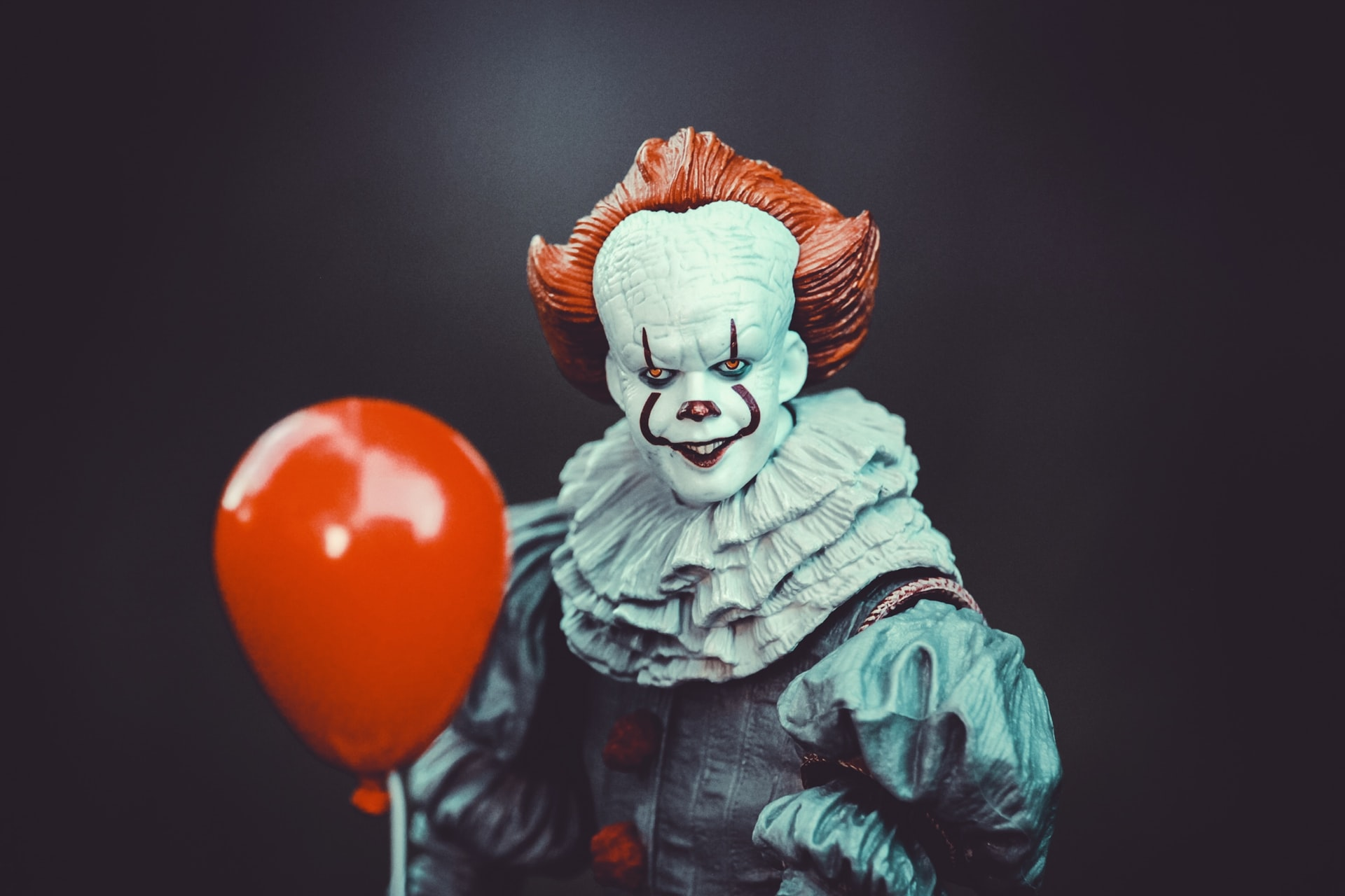 Pennywise holding a red balloon